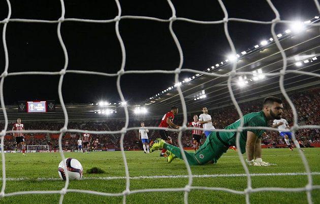 Charlie Austin ze Southamptonu právě vstřelil druhý gól sparťanskému gólmanovi Tomáši Koubkovi.