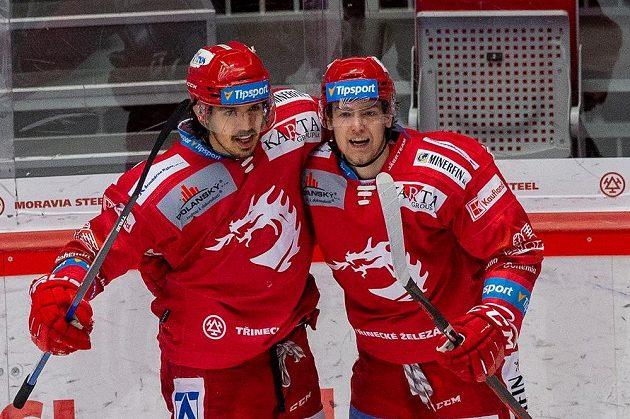 Zleva Matěj Stránský a Michal Kovařčík z Třince se radují z gólu proti Českým Budějovicím.