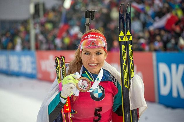 Gabriela Koukalová ze zlatou medailí za vítězství v závodu s hromadným startem na 12,5 km žen v rámci Světového poháru v biatlonu ve Vysočina Areně v Novém Městě na Moravě dne 18. prosince 2016.