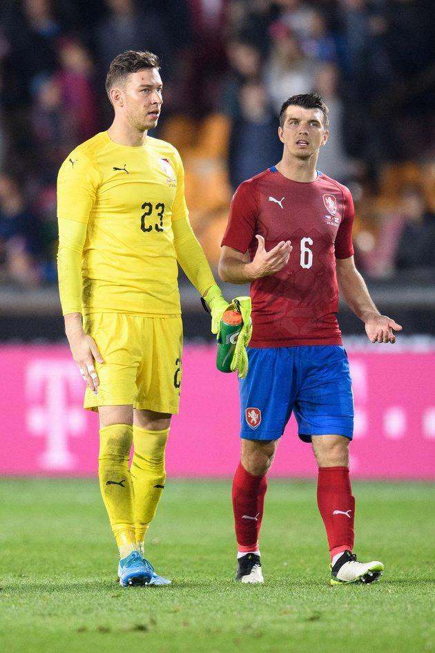 Český brankář Jiří Pavlenka (vlevo) a český obránce Ondřej Kúdela po utkání proti Severnímu Irsku.