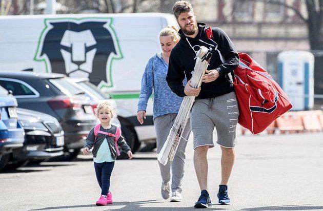 Michal Jordán s rodinou přichází na sraz české hokejové reprezentace.