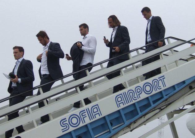Zleva Ondřej Vaněk, Tomáš Pekhart, Ondřej Čelůstka, Petr Jiráček a David Lafata po přistání v Sofii.