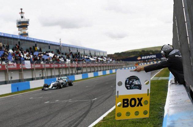 Jerez je dějištěm první letošní přehlídky nových prototypů. Mercedes na snímku signalizuje Nicu Rosbergovi.