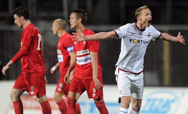 Obránce Sparty Jiří Jarošík se rozčiluje během utkání v Brně.