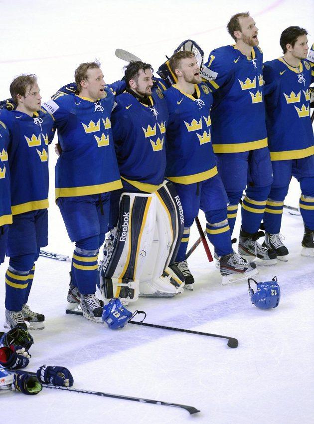 Hráči Švédska zpívají hymnu po vítězství nad Finy.