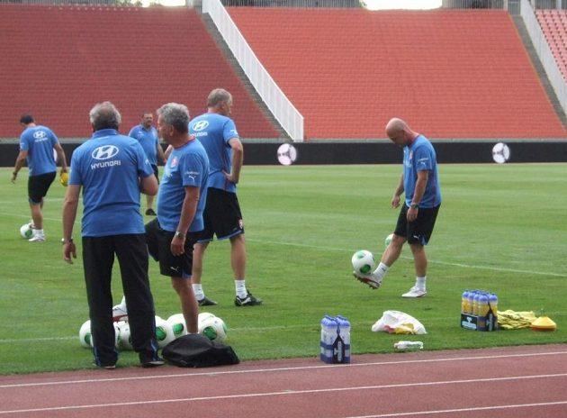 Trenér Michal Bílek si během tréninku také rád zažongluje...