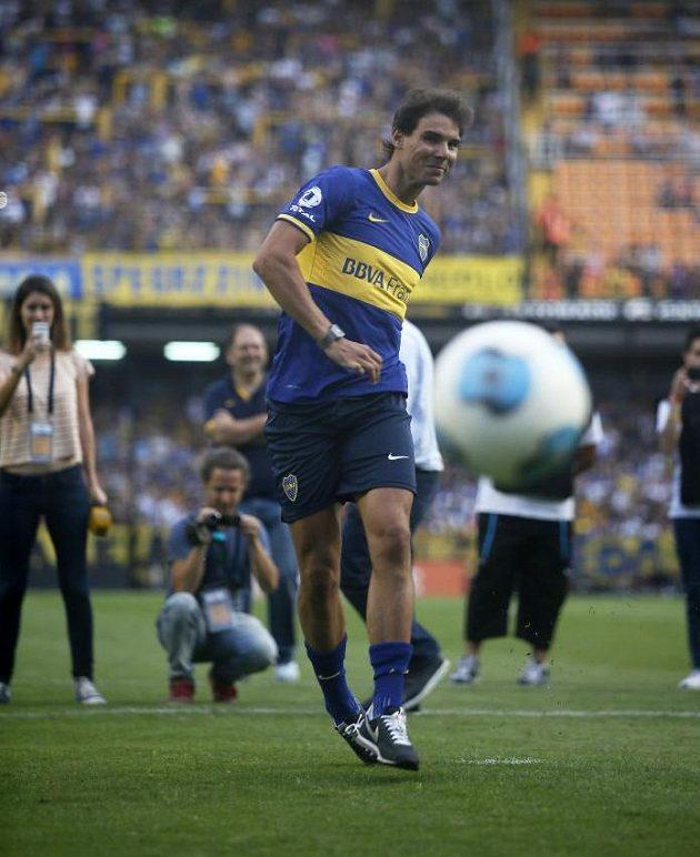 Rafael Nadal kroutí míč do sítě.