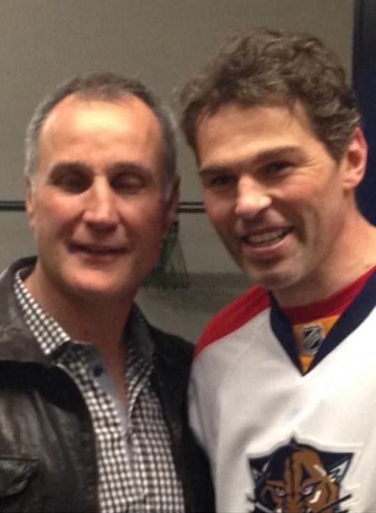 Jaromír Jágr (vpravo) se v Torontu setkal s legendárním obráncem Paulem Coffeym.