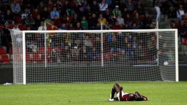 Útočník Sparty Bony Wilfried leží na trávníku během zápasu s Palermem