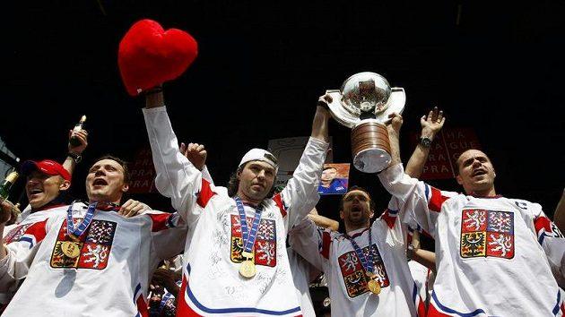 Čeští hokejisté slaví na Staroměstském náměstí