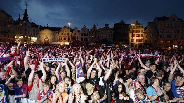 Fanoušci Plzně slaví na Náměstí republiky tirul.