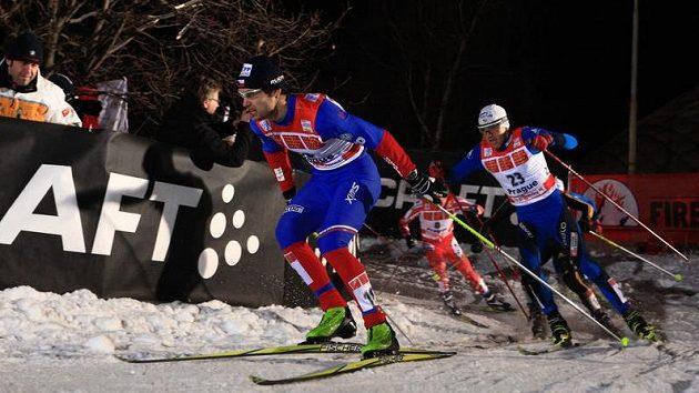 Lyžař Dušan Kožíšek (vlevo) během semifinálového sprintu Tour de Ski v Praze na Strahově
