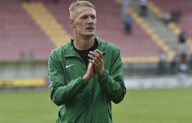 Fotbalový útočník Michal Škoda z Příbrami tleská po utkání fanouškům.