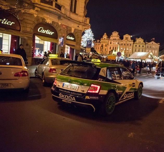 Jan Kopecký se Škodou Fabia R5 v Praze krátce před svátečními dny, kdy se evropský šampión proměnil v taxikáře.