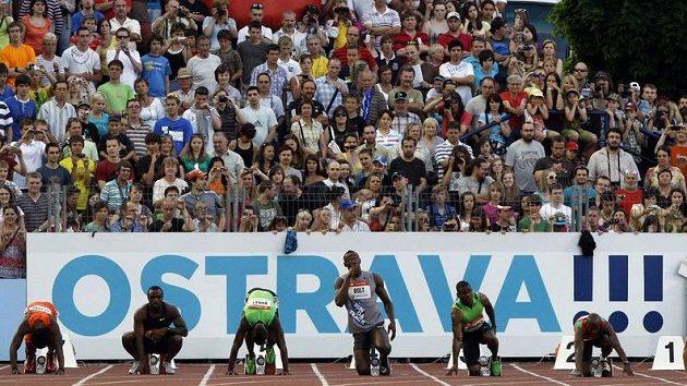 Usain Bolt (uprostřed) na startu závodu při Zlaté tretře v Ostravě