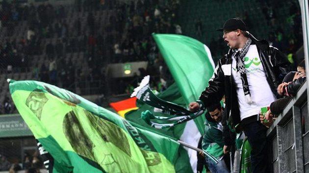 Fanoušci Wolfsburgu se zahřívají na zápase s Kolínem.