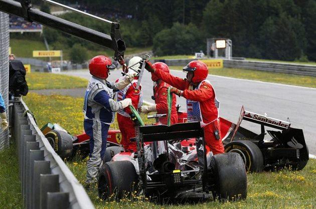Rozbité vozy Fernanda Alonsa a Kimiho Räikkönena.