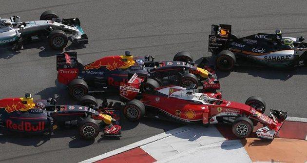 Inkriminovaný okamžik, kdy domácí Daniil Kvjat (vlevo) z Red Bullu vrazil zezadu do Sebastiana Vettela (druhý zprava). Pro německého pilota Ferrari tak skončil závod v Soči hned v 1. kole.