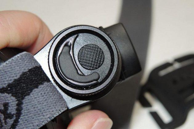 Detail spínače a krytky konektoru.