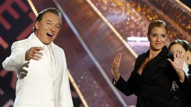 Atletům zazpíval i Karel Gott.