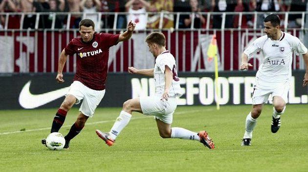 Libor Sionko (vlevo) táhne útok Sparty na polovině FK Sarajevo.
