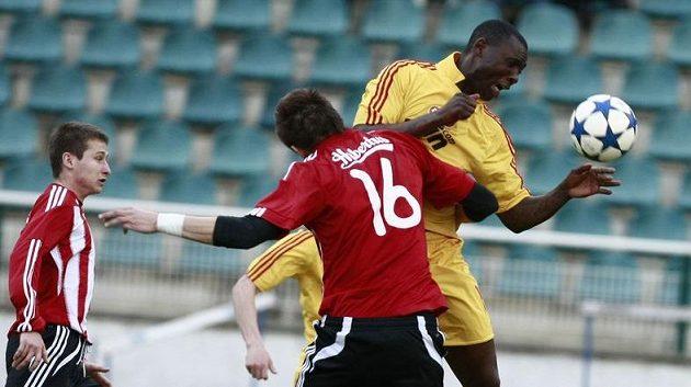Dani Chigou z Dukly (ve žlutém) v souboji s žižkovským Lukášem Bodečkem.