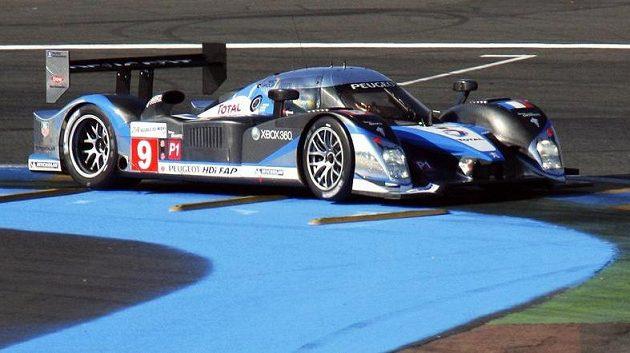 Španělský pilot Marc Gene s vozem Peugot HDI FAP během závodu 24 hodin Le Mans