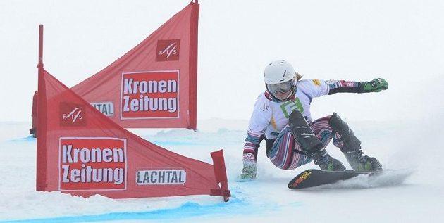 Snowboardistka Ester Ledecká na trati v rakouském Lachtalu.
