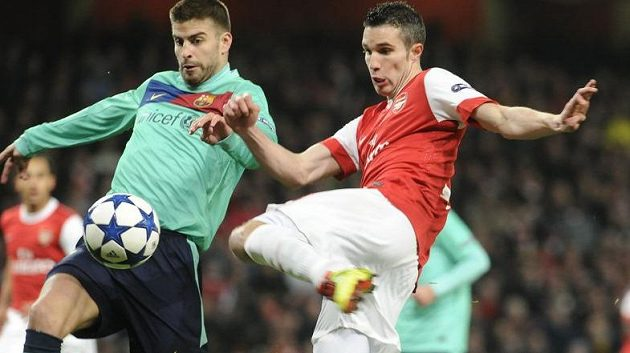 O míč bojují útočník Arsenalu Robin Van Persie (vpravo) a Gerard Pique z Barcelony