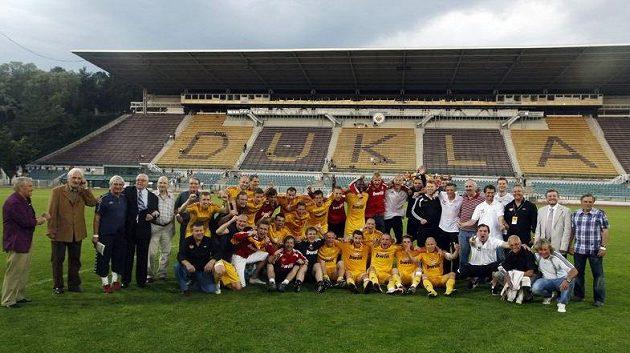 Fotbalisté Dukly pózují fotografům při oslavách postupu do první ligy.