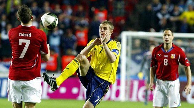 Tomáš Necid (vlevo) bojuje o míč se skotským kapitánem Fletcherem.