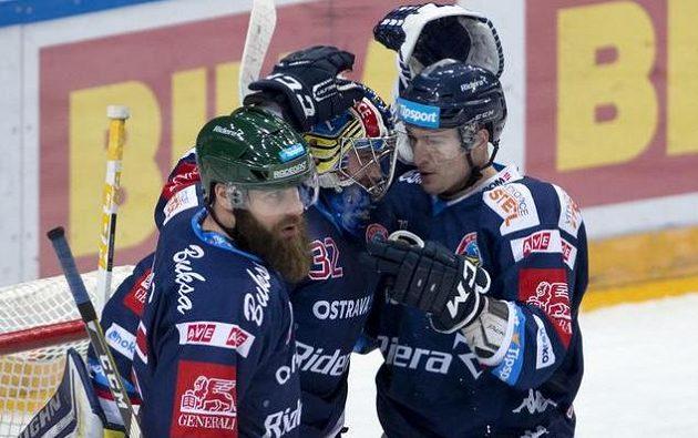 Radost vítkovických hráčů z vítězství na Spartě (zleva) Jan Výtisk, brankář Patrik Bartošák a Patrik Urbanec.