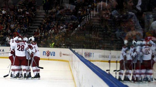Hokejisté Phoenixu oslavují vstřelený gól v duelu s Bostonem v pražské O2 Areně.
