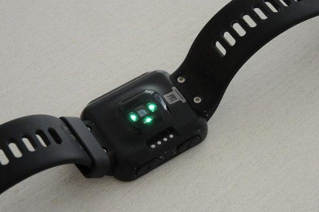 Sportovní hodinky Garmin Forerunner 35: Snímání tepů obstarávají hned tři čidla na zadní straně hodinek.