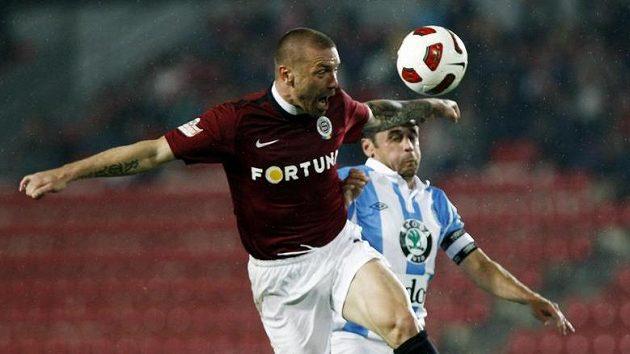 Tomáš Řepka odhlavičkovává míč před Markem Kuličem.