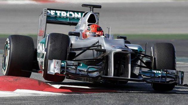 Michael Schumacher s vozem Mercedes při testech v Barceloně.