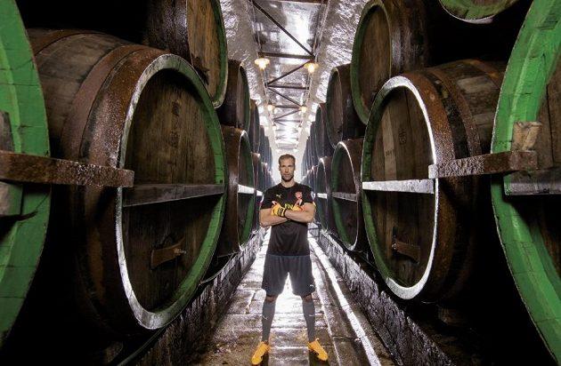 Na snímku gólman Arsenalu Petr Čech v plzeňském pivovaru.