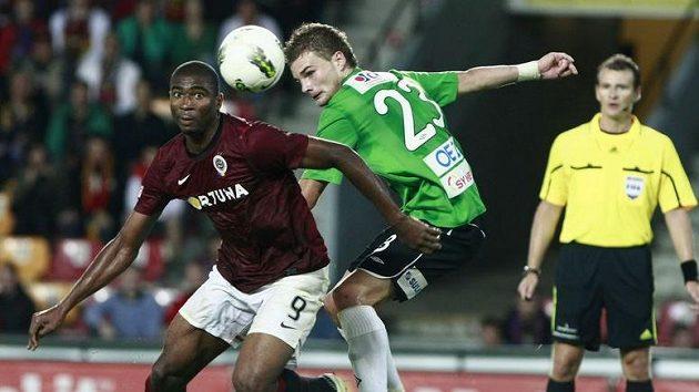 Jablonecký Vít Beneš (vpravo) bojuje o míč se sparťanem Léonardem Kweukem.