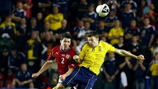 Marek Suchý (vlevo) bojuje o míč s Jamie Mackiem ze Skotska.