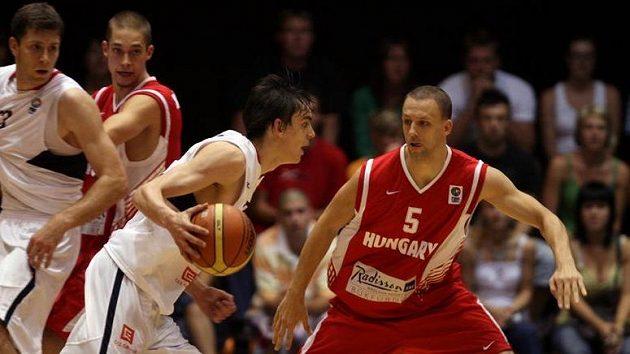Tomáš Satoranský (v bílém) v souboji s Maďarem Horvathem