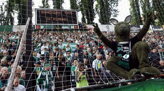 Maskot fotbalistů Bohemians 1905 s fanoušky klubu