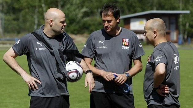 Trenér Jakub Dovalil (vlevo) během tréninkové přestávky