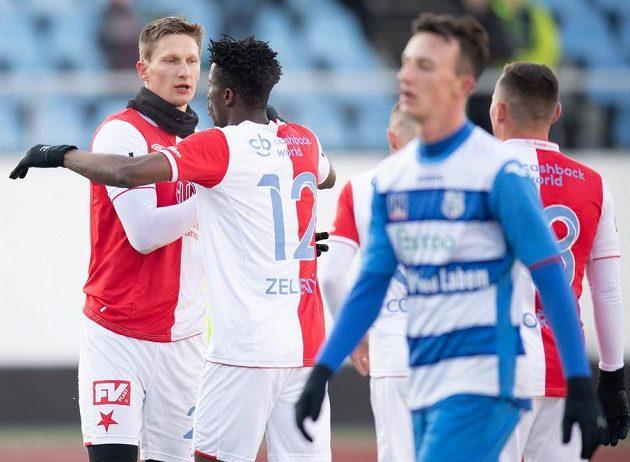 Fotbalisté Slavie Praha Milan Škoda a Peter Olayinka oslavují gól na 6:0 během přípravného utkání s Ústím nad Labem.