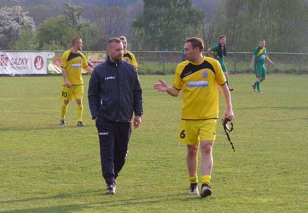 Jan Šimák po boku s asistentem trenéra Miroslavem Krimem po prvním utkání v dresu Horního Jiřetína.