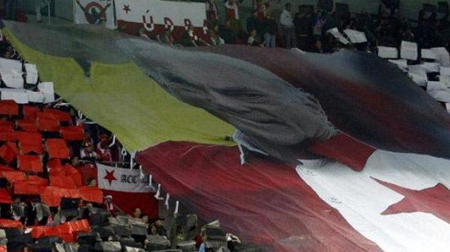 Fanoušci Slavie uctili památku Františka Veselého obřím transparentem.
