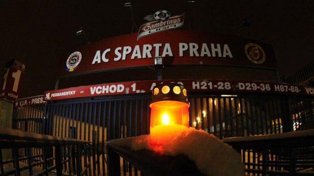 Zapálená svíčka před stadiónem pražské Sparty se objevila nedlouho poté, co byl místopředseda představenstva fotbalového klubu Lukáš Přibyl nalezen mrtvý ve své kanceláři.