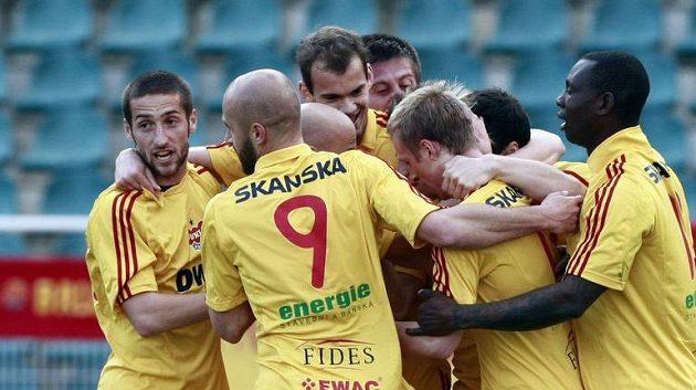Fotbalisté Dukly se radují z branky proti Viktorii Žižkov.