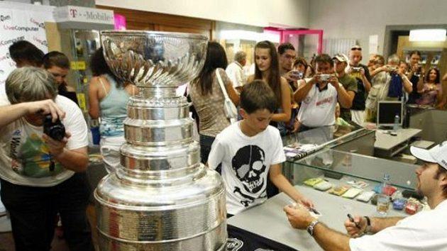 Petr Sýkora se Stanley Cupem na autogramiádě v Plzni