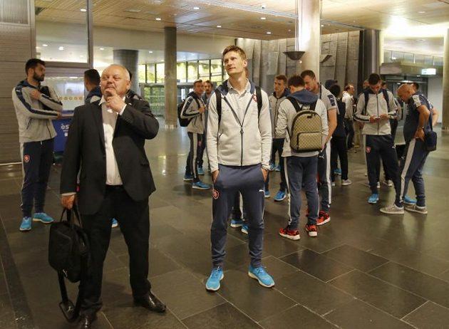 Kdy už kufry přijedou...? Zleva v popředí vedoucí týmu Jaroslav Dudl a útočník Milan Škoda.