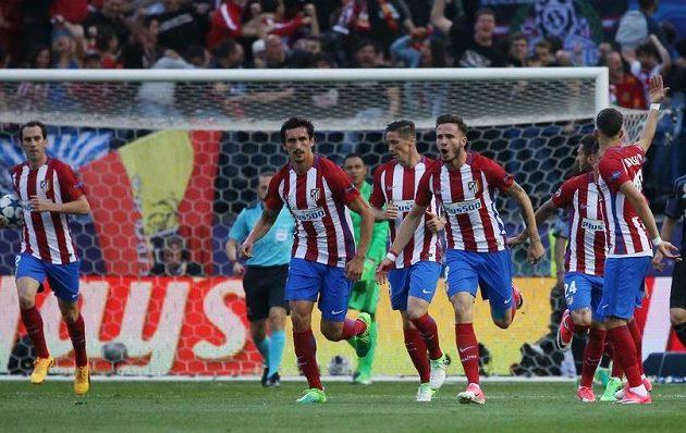 Saúl Níguez (třetí zprava) jásá po gólu proti Realu.